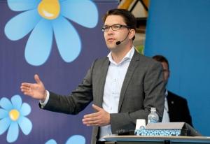 Almedalen i Visby 20140701 och Jimmie Åkesson, Sverigedemokraternas partiledare, talar med en jublande anhängarskara främst samtidigt som den bakre delen av publiken demonstrativt vände sig bort och ropade protester mot rasism.Foto: News Øresund - Johan Wessman© News Øresund(CC BY 3.0)Detta verk av News Øresund är licensierat under en Creative Commons Erkännande 3.0 Unported-licens (CC BY 3.0). Bilden får fritt publiceras under förutsättning att källa anges (Foto: News Øresund + fotografnamn).The picture can be used freely under the prerequisite that the source is given .News Øresund, Malmö, Sweden.www.newsoresund.org.News Øresund är en oberoende regional nyhetsbyrå som ingår i projektet Øresund Media Platform som drivs av Øresundsinstituttet i partnerskap med Lunds universitet och Roskilde Universitet och med delfinansiering från EU (Interreg IV A Öresund) och 14 regionala; icke kommersiella aktörer.