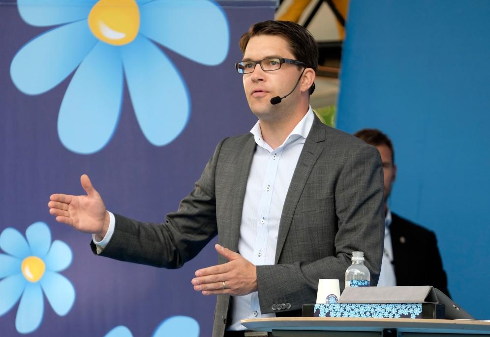 Almedalen i Visby 20140701 och Jimmie Åkesson, Sverigedemokraternas partiledare, talar med en jublande anhängarskara främst samtidigt som den bakre delen av publiken demonstrativt vände sig bort och ropade protester mot rasism. Foto: News Øresund - Johan Wessman © News Øresund(CC BY 3.0)  Detta verk av News Øresund är licensierat under en Creative Commons Erkännande 3.0 Unported-licens (CC BY 3.0). Bilden får fritt publiceras under förutsättning att källa anges (Foto: News Øresund + fotografnamn). The picture can be used freely under the prerequisite that the source is given . News Øresund, Malmö, Sweden. www.newsoresund.org. News Øresund är en oberoende regional nyhetsbyrå som ingår i projektet Øresund Media Platform som drivs av Øresundsinstituttet i partnerskap med Lunds universitet och Roskilde Universitet och med delfinansiering från EU (Interreg IV A Öresund) och 14 regionala; icke kommersiella aktörer.